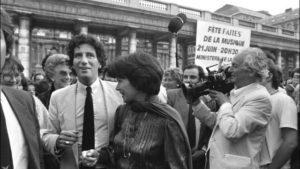 Le ministre de la culture Jack Lang et madame Danielle Miterrand, épouse du président français François Mitterrand, place du Palais-Royal à Paris (5), le 21 juin 1982, soir de la première fête de la musique