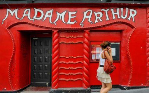 Le cabaret de travestis parisien Madame Arthur