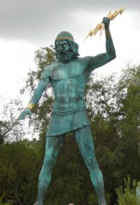 Statue de Zeus tenant un foudre