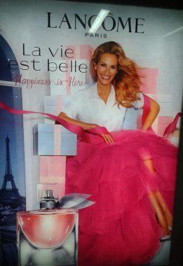 """Affiche publicitaire française Lancôme de décembre 2019 pour le parfum """"La vie est belle""""."""