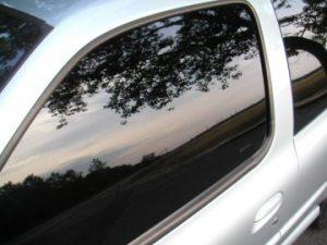 Glace avant gauche de voiture