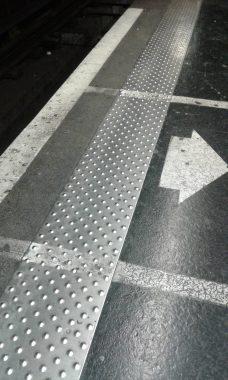 """""""Surface podotactile"""" ou """"Bande d'éveil de vigilance"""" pour les déficients visuels, dans le métro marseillais (13)"""