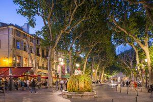 Le cours Mirabeau à Aix-en-Provence (13), la fontaine moussue et la statue du Roi René, au loin