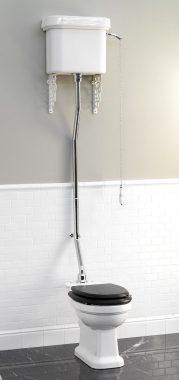 """Réplique de toilettes anciennes avec chasse d'eau suspendue, chaîne et tirette, permettant de """"Tirer la chaîne"""" ou """"Tirer la chasse""""."""