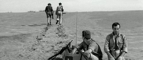 """Deux intellectuels assis vont moins l'un qu'une brute qui marche. Maurice Biraud et Charles Aznavour dans """"Un taxi pour Tobrouk"""" de Denys de la Patellière (1961)"""