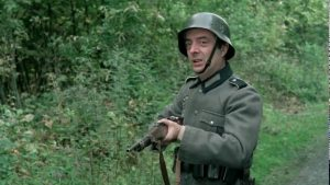 """""""Groupir !"""". L'acteur français Michel Modo, en soldat allemand, dans le film français """"On a retrouvé la 7e compagnie"""", réalisé en 1975 par Robert Lamoureux"""