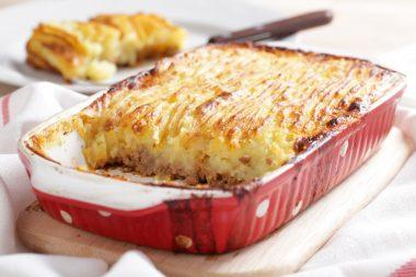 Hachis Parmentier : plat traditionnel français à base de purée de pommes de terre et de viande de bœuf hachée.