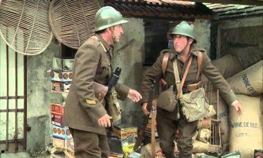 """""""J'ai glissé chef !"""" Le sergent-chef Chaudard (Pierre Mondy) et le soldat Pithivier (Jean Lefebvre) dans le film """"Mais où est donc passé la 7e compagnie ?"""" de Robert Lamoureux (1973)."""