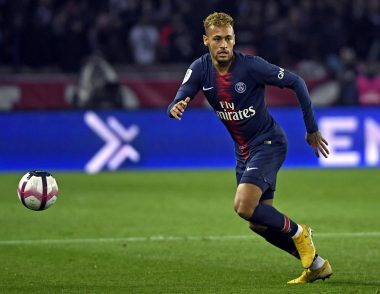 Le joueur international de football brésilien Neymar portant le maillot du Paris Saint-Germain