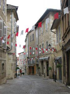 Une rue pavoisée