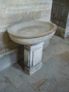 Bénitier d'église non constitué d'une coquille de tridacne