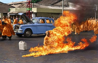 L'immolation par le feu, le 11 juin 1963, à Saïgon (Vietnam) du bonze vietnamien Thich Quang Duc