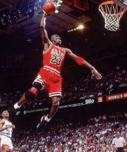 "Le joueur de basket-ball états-unien Michael ""Air"" Jordan en extension"