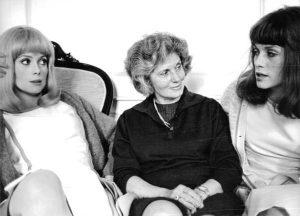 L'actrice française Renée Simonot, entourée de ses filles Catherine Deneuve et Françoise Dorléac