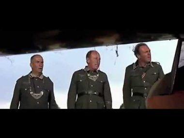 """Bourvil et Louis de Funès dans """"La grande vadrouille"""" de Gérard Oury (1966) : """"Y a pas dhélice, hélas !"""" """"c'est là qu'est l""""os""""."""