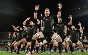 Les All blacks : léquipe nationale de rugby néo-zélandaise interprétant son célèbre haka, chant de guerre traditionnel maori