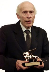 Éric Rohmer, le 8 septembre 2001, à la Mostra de Venise, recevant un Lion d'or pour l'ensemble de sa carrière