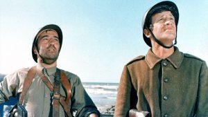 """Pinot """"Le gars de Bezons"""" (Georges Géret) et Julien Maillat (Jean-Paul Belmondo) dans """"Week-end à Zuydcoote"""", le film franco-italien de Henri Verneuil (1964)"""