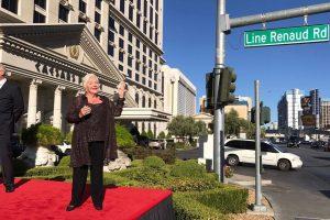La chanteuse français Line renaud, devant le panneau de la rue à son nom, à Las Vegas (Nevada), près d'une entrée secondaire du casino Caesars's Palace