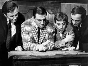 """Arthur dit """"le mou"""" (Maurice Biraud), Alphonse Maréchal dit """"Le malin"""" (Lino Ventura), Rouquemoute dit """"Le rouquin"""" (Georges Géret) et Edmond Clancul dit """"Le naïf"""" (Charles Aznavour) dans """"La métamorphose des cloportes"""", le film franco-italien de Pierre Granier-Deferre (1965)"""