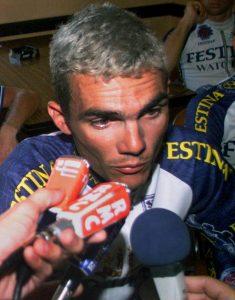 Le champion cycliste français Richard Virenque interrogé par les organes d'information pendant le tour de France 1998