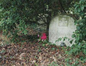 La tombe de l'acteur états-unien Yul Brynner, à Luzé près de Chinon (37), dans l'Abbaye royale Saint Michel de Bois-Aubry