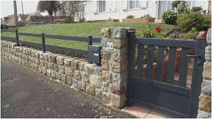 Un bahut : mur bas servant d'appui à une grille, une colonnade ou une arcade.