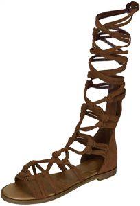 Une spartiate : sandale de cuir naturel à lanières entrecroisées laissant le pied à découvert, en susage parmi les citoyens de la cité grecque antique de Sparte
