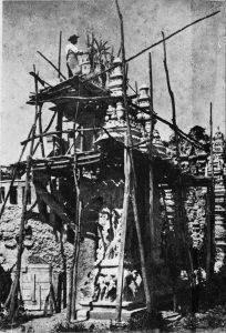 Le facteur Ferdinand Cheval à l'oeuvre sur le chantier de son fameux Palais idéal
