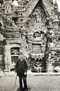 Le facteur Ferdinand Cheval devant son fameux Palais idéal