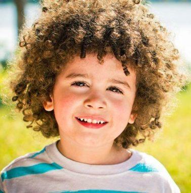 """Un petit garçon très frisé ou """"frisé comme un mouton"""""""
