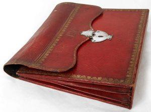 Porte-documents sacoche en cuir maroquin rouge doré au fer (XVIIIe siècle)