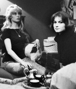 Les actrices françaises Brigitte Bardot et Mijanou Bardot, sa soeur cadette