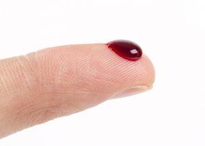 Un doigt avec une goutte de sang