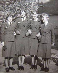 """Femmes-soldats allemandes durant la Seconde Guerre mondiale ou """"Souris grises""""."""