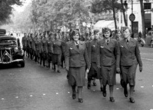 """Femmes-soldats allemandes à Paris (75) durant la Seconde Guerre mondiale ou """"Souris grises""""."""