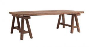 Table en bois montée sur tréteaux