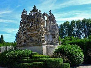 L'arrière du tombeau du silence et du repos sans fin, construit par le facteur Cheval à Hauterives (26) de 1914 à 1922