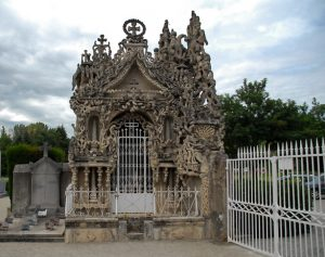 La façade du tombeau du silence et du repos sans fin, construit par le facteur Cheval à l'entrée du cimetière de Hauterives (26) de 1914 à 1922