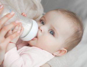 Bébé buvant son biberon