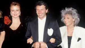 L'humoriste et actrice française Muriel robin et la chanteuse et violoniste française Catherine Lara, le 9 juillet 1990, au mariage de Johnny Hallyday et d'Adeline Blondieau
