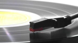 Saphir de tourne-disque lisant un disque vinyle noir