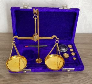 """Un trébuchet ou """"Biquet"""" utilisé pour peser les pièces d'or et d'argent"""