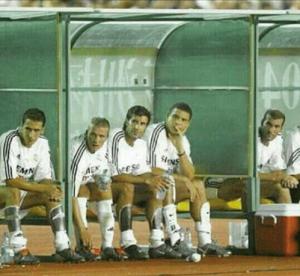 """L'un des bancs les plus incroyables de l'histoire : celui des """"Galactiques"""" du Real Madrid, en 2003, avec Raul, Beckham, Figo, Ronaldo et Zidane"""