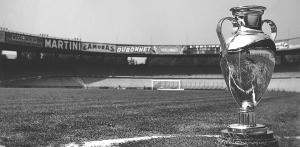 Le premier trophée de la Coupe d'Europe des Clubs Champions, mis en jeu de 1955 à 1966.