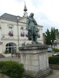 La statue de René Descartes sur la place de la mairie de sa ville natale, Descartes (37)