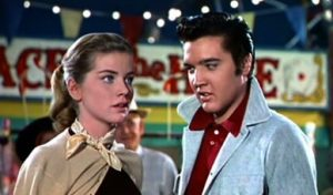 "Dolores Hart et Elvis Presley (Deke Rivers) dans le film états-unien ""Loving you"" de Hal Kanter (1957)"