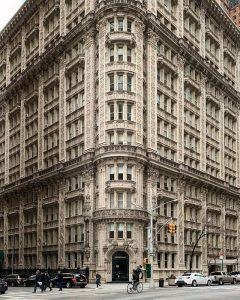 Immeuble Alwyn Court, à l'angle de la 7e avenue et de la 58e rue, à Manhattan, ornées d'innombrables salamandres (l'emblème du roi François 1er) et fleurs de lys (l'emblème de la royauté française).