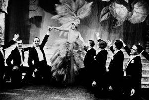 """La chanteuse et danseuse française Mistinguett et ses """"boys"""" ou """"danseurs de revue"""""""