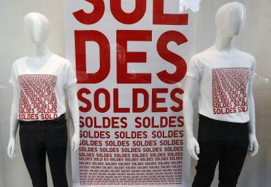 """Affiches """"Soldes"""" (Photo prise le 7 janvier 2015/ REUTERS/Vincent Kessler)"""